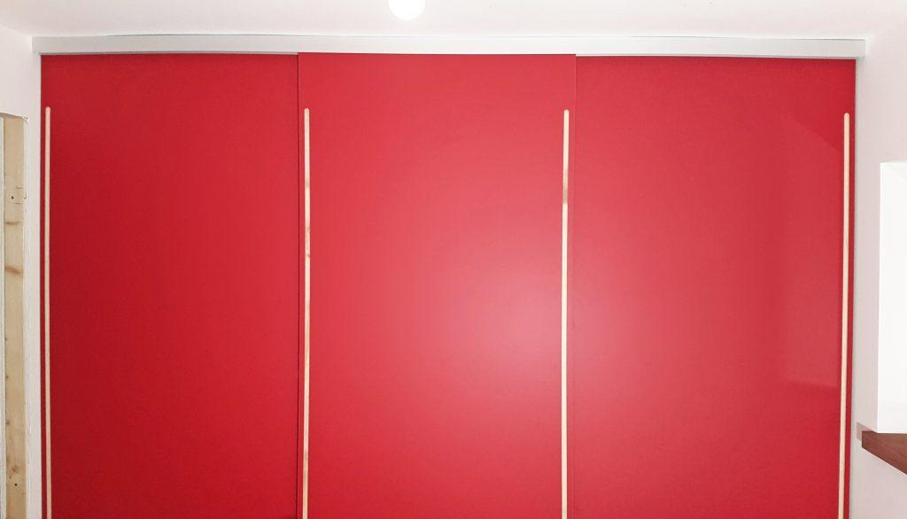 kleiderschrank-rot-wand