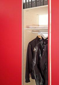 kleiderschrank-rot-wand-offen-kleider
